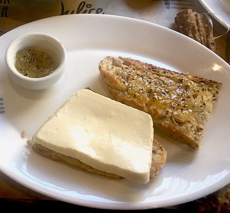 Tem coisa mais gostosa que uma fatia de pão de grãos caseiro com queijinho e geléia?