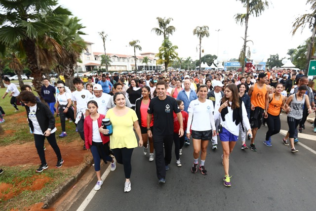 Marcio Atalla na caminhada de lançamento do projeto Vida de Saúde, em Jaguariúna (foto Luciana Aith)