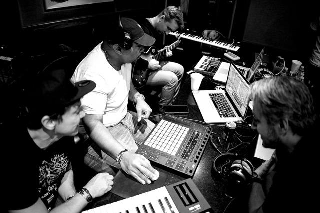 Beto Perez e Timbaland (compositor de hip hop e R&B) em estúdio, compondo músicas para a Zumba (foto: divulgação)