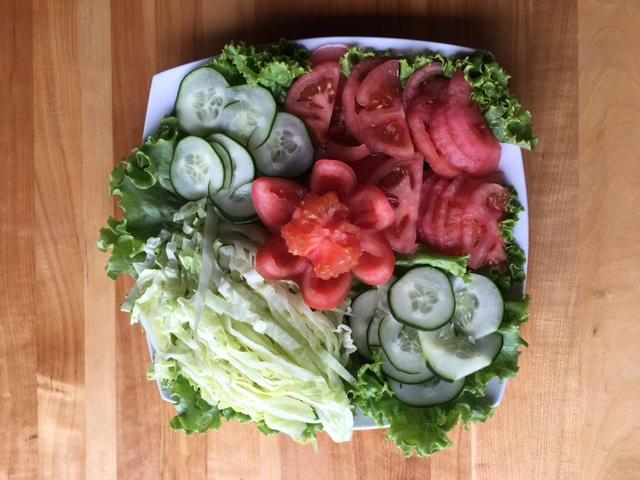 A nutricionista Andrezza sugere começar a refeição com uma salada colorida