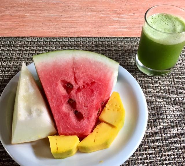 O café da manhã detox inclui suco verde e frutas