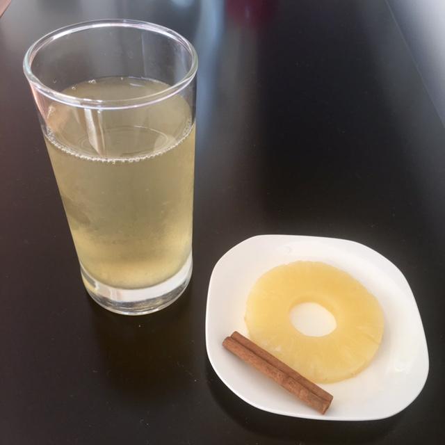 Você pode aproveitar a casca do abacaxi para fazer um chá gelado com gengibre e canela