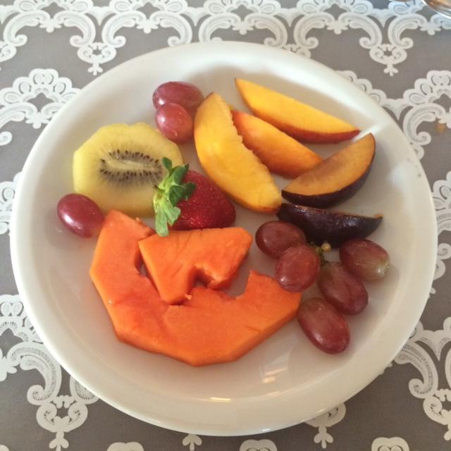 Espremer limão da salada de frutas ajuda a reduzir o índice glicêmico