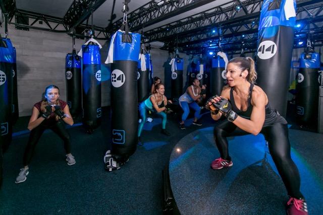 Aula mescla artes marciais e treinamento funcional